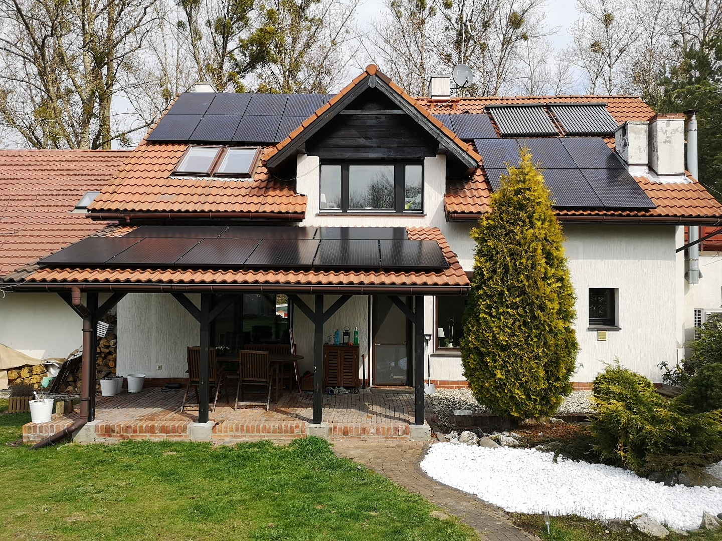 8.2 kWp installation mounted on the south side of a gable roof in Smolnica.